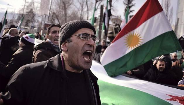 Un hombre grita consignas contra el presidente sirio, Bachar Al Assad, durante una manifestación frente a la embajada siria en Sofia (Bulgaria)