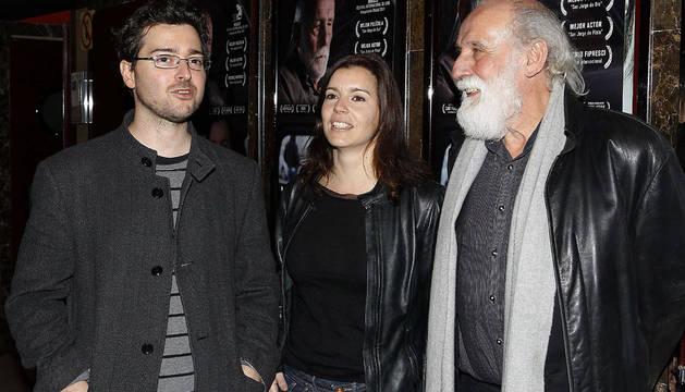 El cineasta Alberto Morais (izda.) durante la presentación de su película junto a Laia Marull y Carlos Álvarez, protagonistas del filme