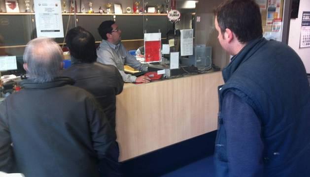 Varias personas esperan para adquirir las entradas para el partido de vuelta de octavos de la Copa del Rey ante el Barcelona