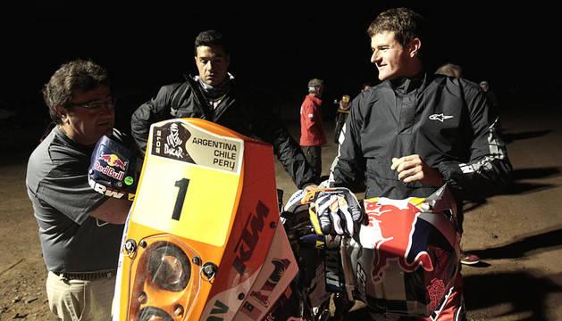 El piloto español Marc Coma se prepara para tomar la salida en la octava etapa del Rally Dakar