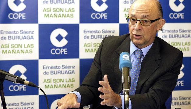 El ministro de Hacienda, Cristobal Montoro, durante una entrevista en la cadena COPE
