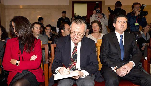 El expresidente del Gobierno Balear, Jaume Matas (d), en el banquillo de la Audiencia Provincial de Palma junto al periodista Antonio Alemany (c) y la exdirectora IB3, María Umbert (dcha.)