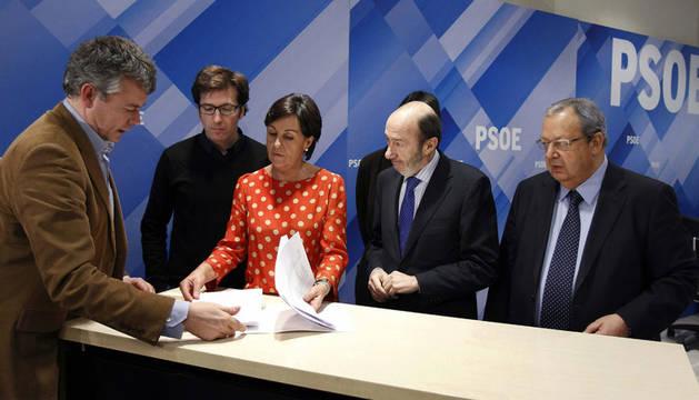 Desde la derecha, Juan Moscoso, Dolores Gorostiaga, Alfredo Pérez Rubalcaba y Txiqui Benegas, en la sede del PSOE, donde Rubalcaba ha presentado a la dirección del partido los avales para su precandidatura.