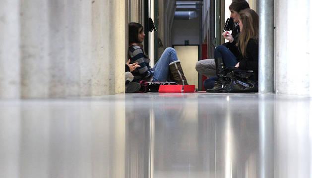 Estudiantes de la UPNA esperan en los pasillos del Aulario