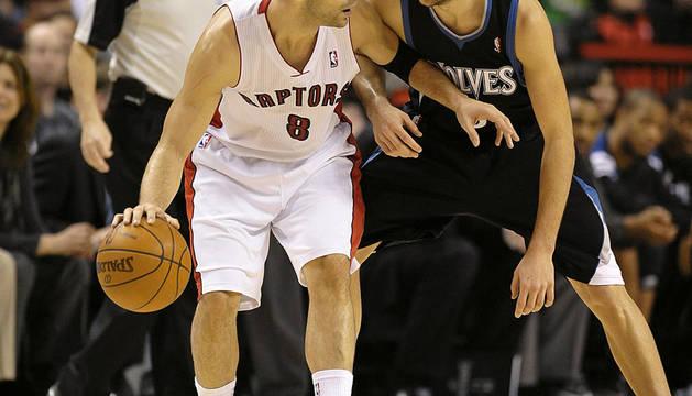 Jose Calderón, de los Toronto Raptors en acción ante la defensa de su compatriota Ricky Rubio