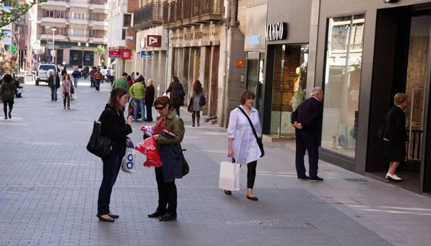 Varios ciudadanos caminando