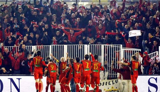 Los jugadores del Mirandés celebran el gol del empate ante el Racing de Santander, que les dio el pase a cuartos de final de la Copa