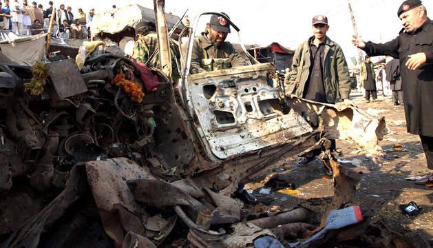 Miembros de la fuerzas de seguridad de Pakistán inspeccionan el lugar de un atentado de bomba en la ciudad de Jamrud, Pakistán