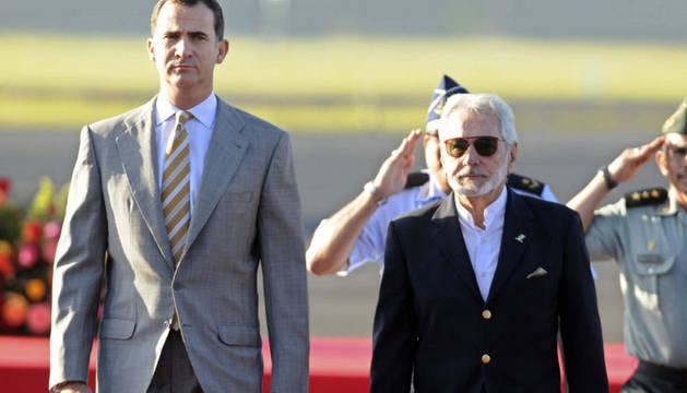 El príncipe de Asturias, Felipe De Borbón, es recibido por el canciller nicaragüense, Samuel Santos
