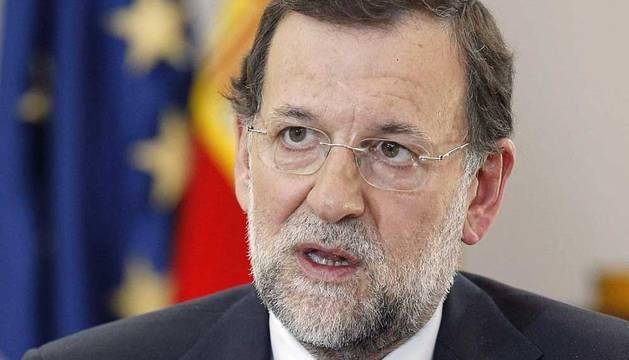El presidente del Gobierno, Mariano Rajoy, durante la entrevista con el presidente de Efe, Álex Grijelmo
