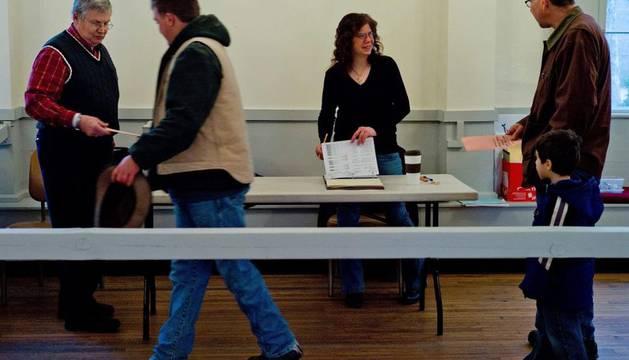 Varias personas votan en la jornada de primarias de Nuevo Hampshire, Estados Unidos
