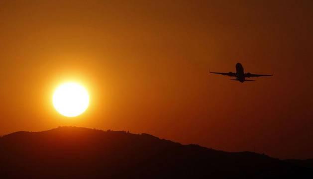 Un avión de pasajeros despega desde el aeropuerto de Manises, en Valencia