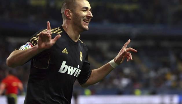 El delantero francés del Real Madrid, Benzema, celebrando su gol
