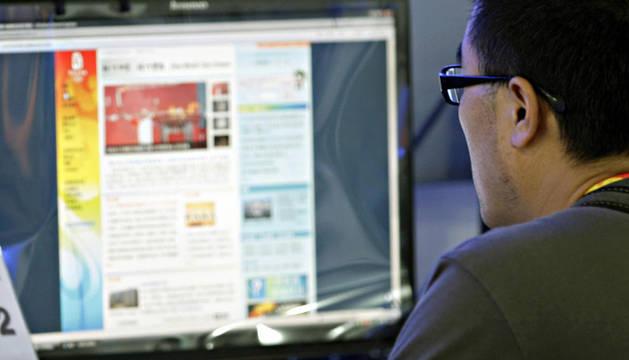Un ciudadano chino consulta una página web