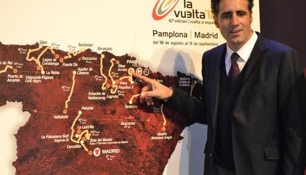 Miguel Induráin señala en el mapa Pamplona, ciudad donde comenzará la Vuelta a España el 18 de agosto