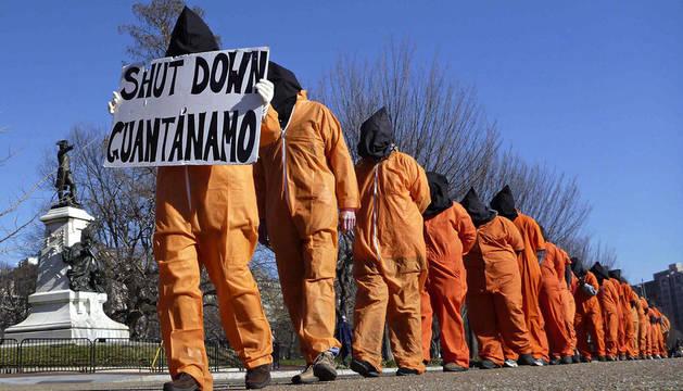 Un grupo de manifestantes protesta contra la prisión de Guantánamo en Washington D.C.