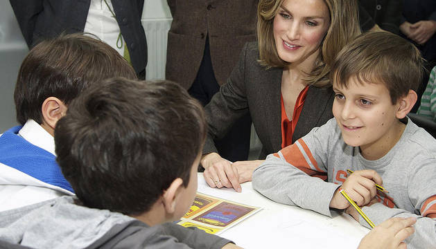 La princesa Letizia sentada entre niños durante su visita al centro cultural de Madrid
