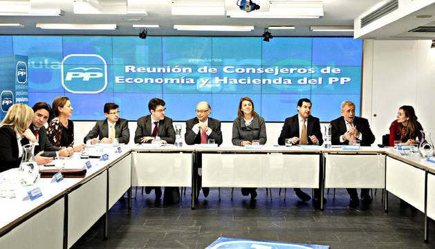 Vista general de la reunión entre el ministro de Hacienda, Cristóbal Montoro (centro), con las CCAA del PP, a las que ha recordado la importancia de la responsabilidad autonómica en la consecución del objetivo de déficit público