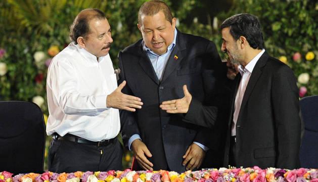 Ortega estrecha la mano a Mahmud Ahmadineyad en presencia de Hugo Chávez durante su investidura