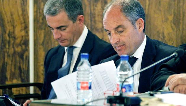 El expresidente de la Generalitat Francisco Camps (d) y el ex secretario regional del PPCV Ricardo Costa, durante una jornada del caso Gürtell