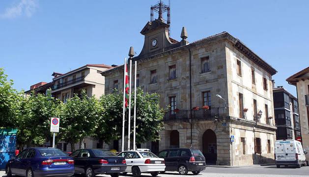 El Ayuntamiento de Etxarri Aranatz con la ikurriña al frente, en una imagen de 2009