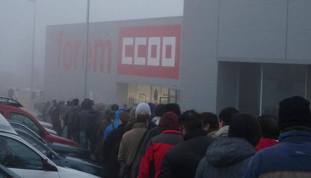 Las largas filas se presenciaron desde la mañana del jueves en la sede de Forem de Mutilva, donde incluso hubo personas que pernoctaron para asegurarse un turno.