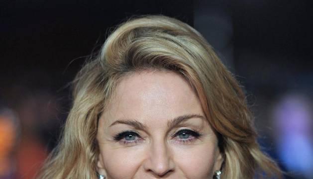 La cantante estadounidende Madonna posa a su llegada al estreno de su película