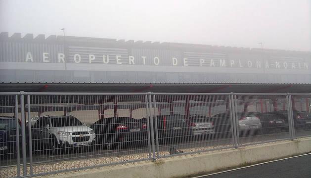 El aeropuerto de Noáin, cubierto de niebla a las nueve de la mañana de este miércoles