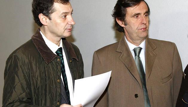 Zoilo Ruiz-Mateos (dcha.), uno de los hijos del empresario jerezano José María Ruiz-Mateos, en el juzgado de Palma, en donde debería haberse personado su padre, que estaba citado a declarar por segunda vez por una querella