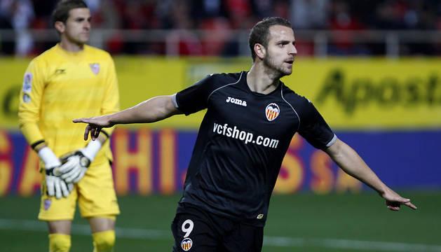 El delantero del Valencia, Roberto Soldado, celebra el primer gol del equipo valencianista, durante el encuentro correspondiente a la vuelta de los octavos de final de la Copa del Rey, que les enfrenta esta noche al Sevilla en el estadio Sánchez Pizjuán.