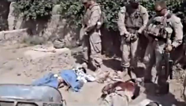 Captura del vídeo donde se muestra a los marines orinando sobre los cadáveres