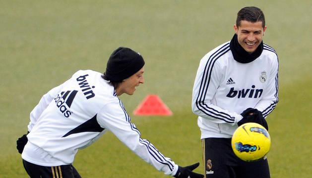 Özil y Cristiano Ronaldo, sonríen durante el entrenamiento de este viernes con el Real Madrid, que este sábado luchará por ser campeón de invierno