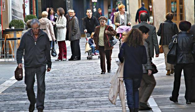 Varias personas pasean por el centro de Pamplona