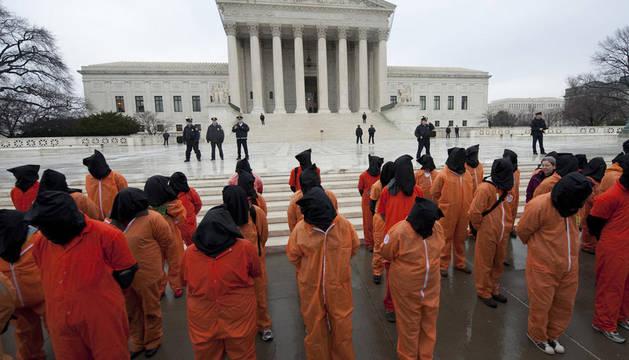 Unos manifestantes protestan en Washington por los sucesos ocurridos en la base militar de Guantánam