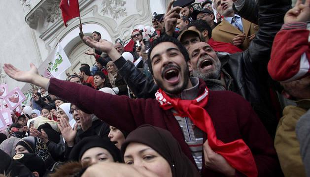 Miles de tunecinos celebran el aniversario del triunfo de la revolución