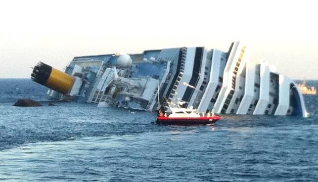 Varias personas han muerto y otras han resultado heridas, mientras continúan las labores de rescate de los pasajeros del crucero Costa Concordia, que encalló la noche del viernes en la isla italiana de Giglio.