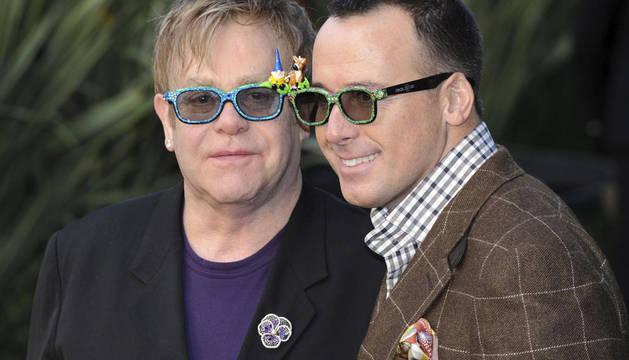 Figuras del mundo artístico como el cantante Elton John, que está casado con David Furnish, han decidido dar un paso hacia el matrimonio con parejas del mismo sexo.