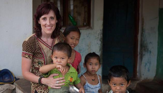 Maite Hernández, con niños de un campo de refugiados tibetanos situado en India