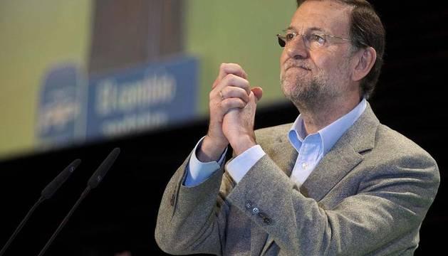 El presidente del Gobierno y del PP, Mariano Rajoy, saluda antes de intervenir en la convención regional de esta formación en Andalucía