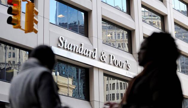 Standard & Poor's anunció este viernes la rebaja en un escalón de la calificación de la deuda de Francia, Austria, Malta, Eslovaquia y Eslovenia, y la degradación en dos escalones de la nota de Italia, España, Portugal y Chipre.