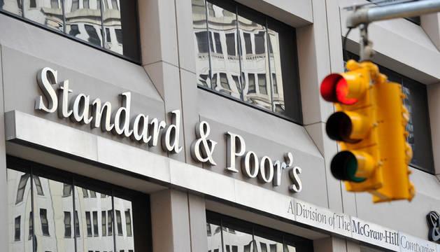 La agencia de calificación Standard & Poor's (S&P) rebajó la nota de la deuda a largo plazo de España en dos escalones, desde