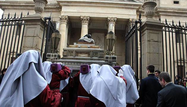 Imágenes del paso de la llegada del Santo Sepulcro a la Catedral Santa Real la Real de Pamplona, con motivo de la celebración del 125 aniversario de la Hermandad de la Pasión.