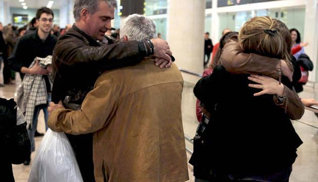 Un grupo de catalanes, que viajaban en el crucero naufragado, son recibidos por familiares y amigos a su llegada