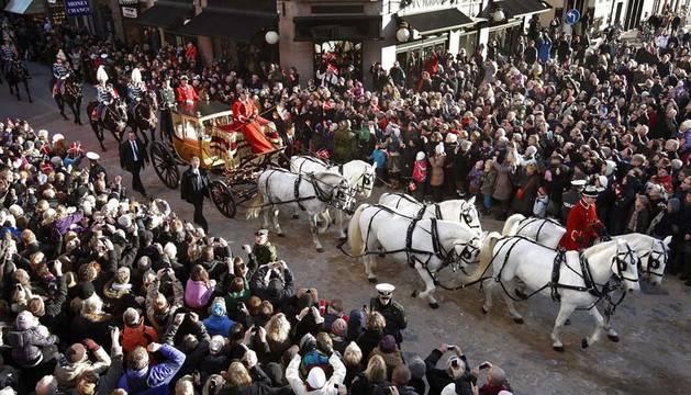 Miles de personas observan el paso del carruaje de la reina Margarita II de Dinamarca y de su esposo, el príncipe consorte Enrique