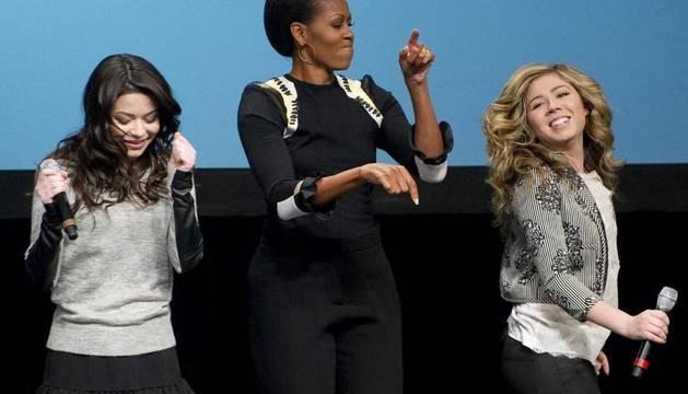 Michelle Obam bailando en el programa de TV,