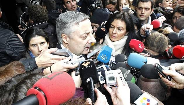 Numerosos políticos acuden a la capilla ardiente de Fraga