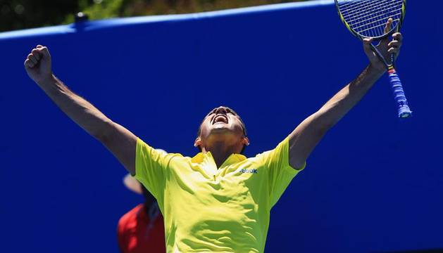 El tenista español Nicolás Almagro celebra tras ganar al polaco Lukasz Kubot en un partido de primera ronda del Abierto de Australia