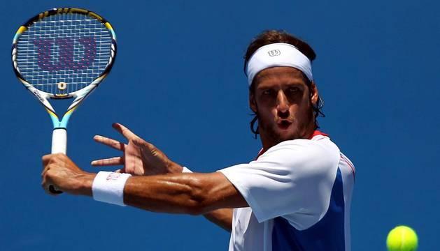 El tenista español Feliciano López devuelve una bola al argentino Leonardo Mayer