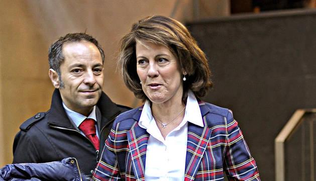 La presidenta del Gobierno de Navarra, Yolanda Barcina, a su llegada al Parlamento de Navarra donde ha declarado a los periodistas que espera que el Gobierno de España dé a las comunidades autónomas