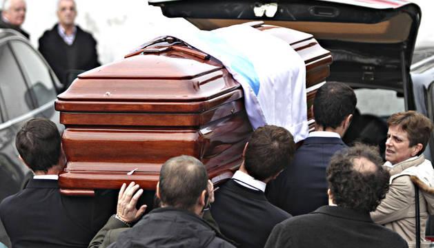 Momento en el que el ataúd con los restos del fundador del PP, Manuel Fraga Iribarne, llega a la localidad de Perbes